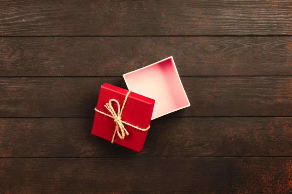 gaver til hende