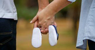 Mand og kvinde holder babysko