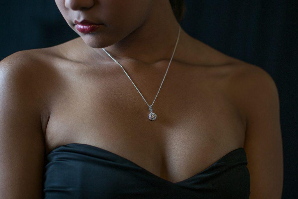 Halskæde på kvinde